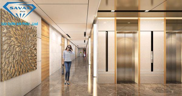 Sảnh chờ bên ngoài thang máy được trang trí bằng inox mạ vàng