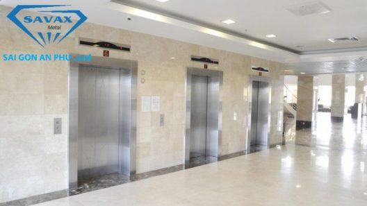 Sảnh chờ thang máy được ốp inox sọc nhuyễn