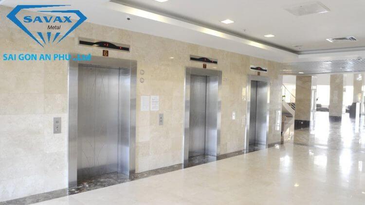 Trang trí sảnh thang máy bằng inox xướt mờ