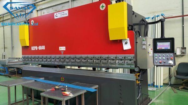 Máy chấn nẹp inox tại xưởng Savax