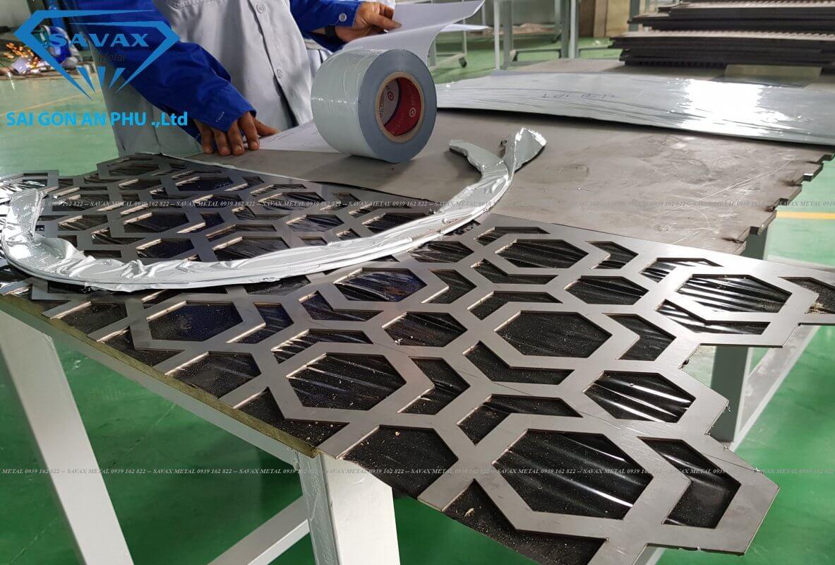 Cơ sở Savax vừa gia công cắt tấm inox theo yêu cầu của khách hàng