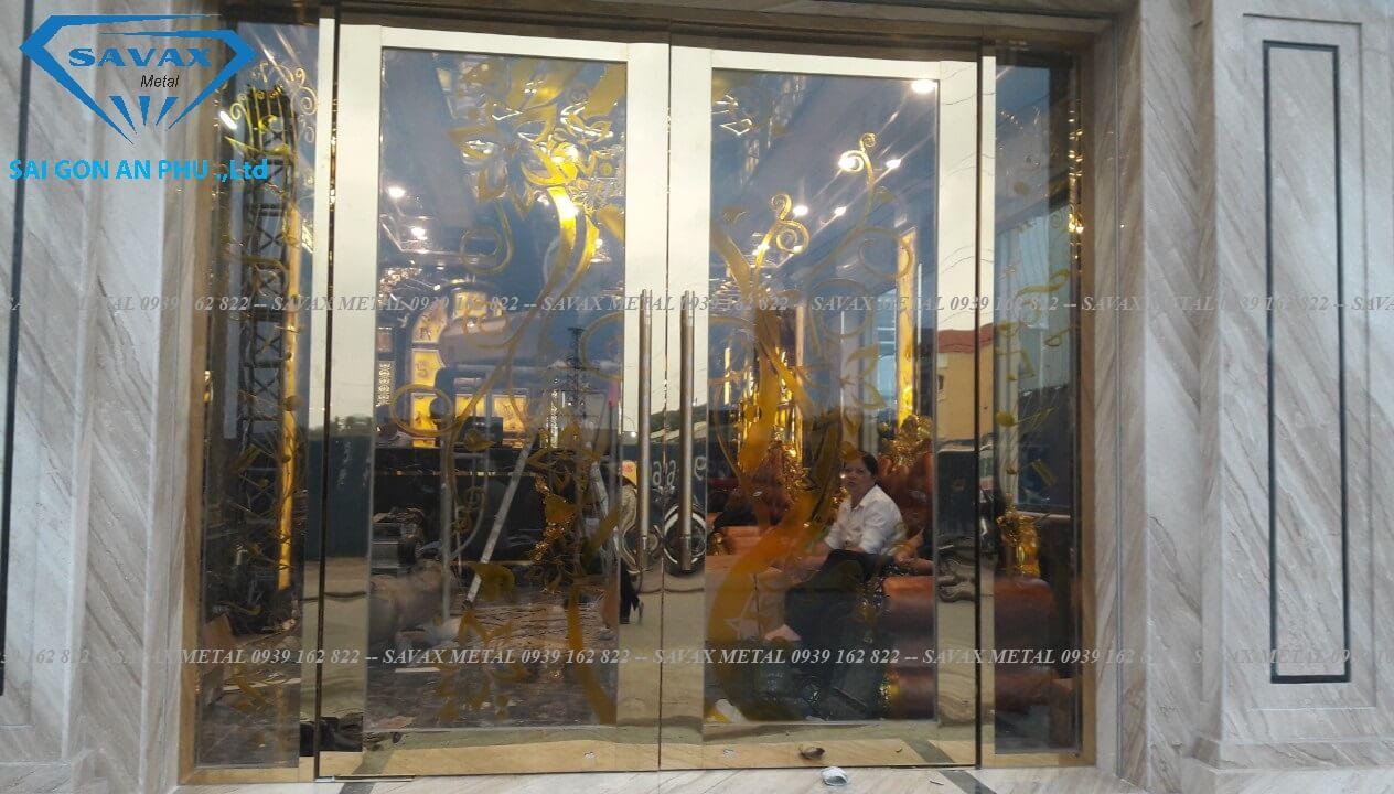 Mẫu cửa bản lề sản inox mạ vàng vừa hoàn thiện