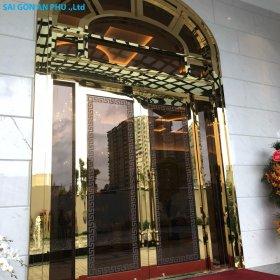 Mẫu cửa kính khung inox vàng gương