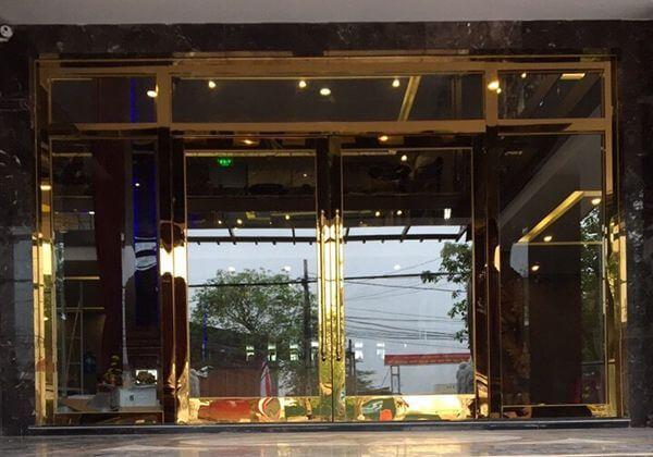Mẫu cửa inox mạ vàng đẹp