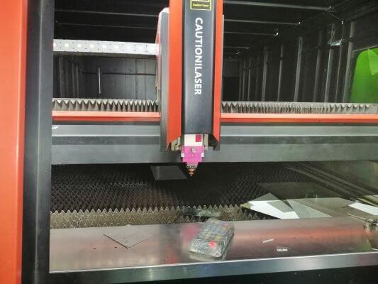 Máy cắt CNC tấm inox đang vận hành tại xưởng