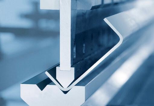 Mũi dao có lực lớn tác động lên bề mặt tấm inox để tạo góc