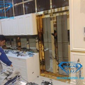 Công nhân Savax đang lắp cửa phòng bếp cho khách hàng