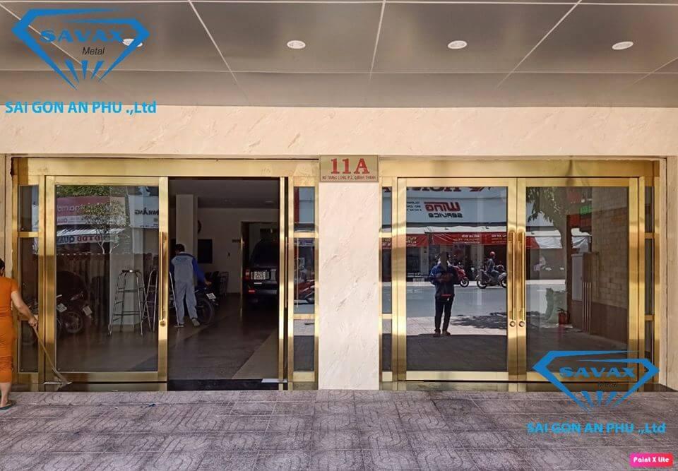 Mẫu cửa kính khung inox mạ vàng cho khách sạn